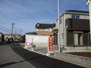 前面道路を含む建物外観